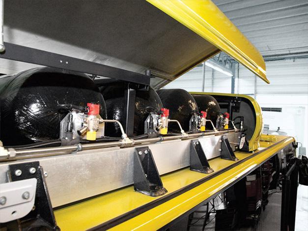 Οι φιάλες είναι τοποθετημένες στην οροφή κάτω από ένα κάλυμμα. Το φυσικό αέριο αποθηκεύεται σε αυτές με πίεση λειτουργίας 200 bar.